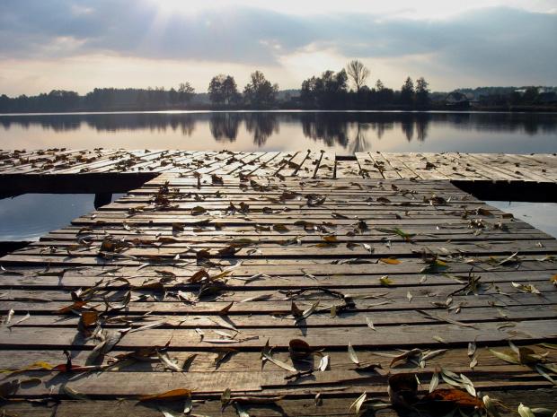 z rodzinnych stron #kładka #liście #jesień #jezioro #niebo #woda #Lubięcin #Chełmek