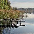 z rodzinnych stron (jak tam jestem, to lecę nad jezioro zobaczyć, czy jeszcze ta kładka nie zniknęła) #Chełmek #jesień #jezioro #kładka #trzciny #Lubięcin #niebo #woda