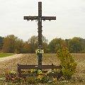 Krzyż na skrzyżowaniu dróg przy Trakcie Napoleońskim. #jesień #krzyż