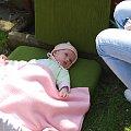 Szczecin 2009-04-13 Pierwsze Święta Wielkanocne. Odpoczynek w ogrodzie. #Ludzie #Rodzina #Dzieci #Wnuczka