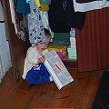 """Poznań 2009-10-24 Przydałoby się zrobić jakiś mały """"porządek"""" w tej szafie. #Ludzie #Rodzina #Dzieci #Wnuczka"""