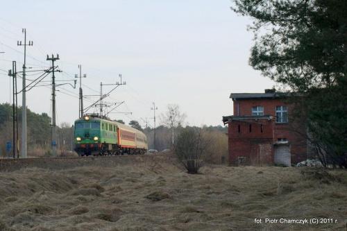 15.03.2011 Piła Północ. EU07-005 i TLK KRaków Głowny - Kołobrzeg. Obecnie niższy numer tej serii to tylko 004. #kolej #Piła #zima