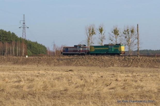 15.03.2011 Stobno. SM42-523 i zdefektowana SP32-203 jada w kierunku Piły. #kolej #Piła #zima