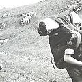 """Lipiec 1966, wędrówka przez Jurę Krakowsko-Częstochowską. Ela, Tadek, z tyłu ja. Plecaki takie """"lekkie"""" ponieważ później jechaliśmy w Tatry. #ludzie #turystyka"""