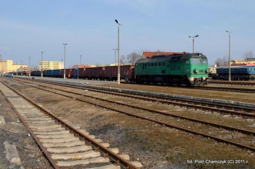 21 marca 2011. Pierwszy dzień wiosny w Wałczu prezentuje się bardzo miło dla MK. ST44-798 wraz ze składem próżnych węglarek szykuje się do powrotu do Piły. Po stacji kręcił się jeszcze ST44-1215, który podpiął się do obecnego składu i pojechał w tandemie.