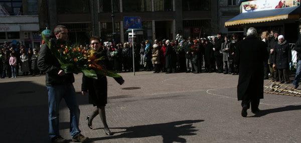 Wiceprezydent AgnieszkaNowak i Jakub Wiewiórski, dyrektor Wydziału Kultury UMŁ składają kwiaty pod pomnikiem LeonaSchillera