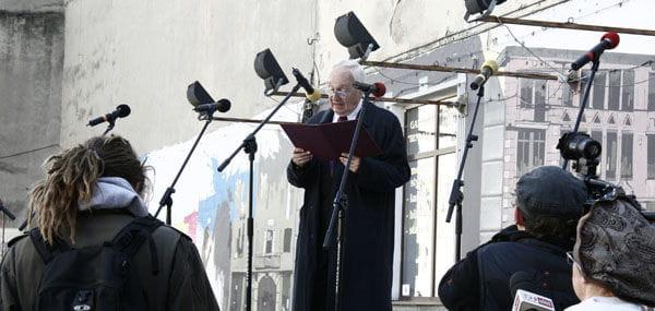 Maciej Małek z łódzkiego oddziału ZASP czytaorędzie naMiędzynarodowy Dzień Teatru