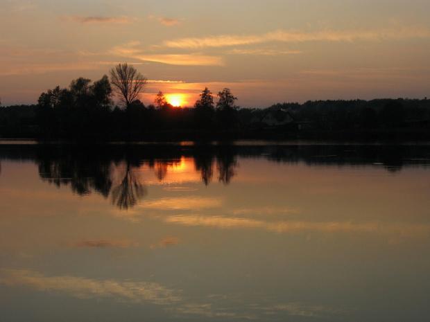 #jezioro #wieczór #ZachódSłońca #niebo #drzewa