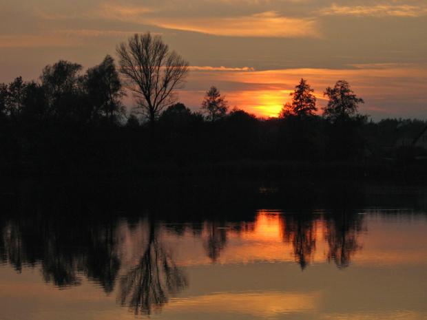 z lamusa; odetchnijmy od tej wszechobecnej zimy :) #jezioro #wieczór #ZachódSłońca #niebo #drzewa