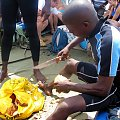W drodze na wyspę Washini dbano aby nam niczego nie zabrakło. Gdy ktoś był spragniony obsługa ciosała kokosy i można było pić do woli. #Kenia #kokos #tropik #wakacje #Washini #Afryka