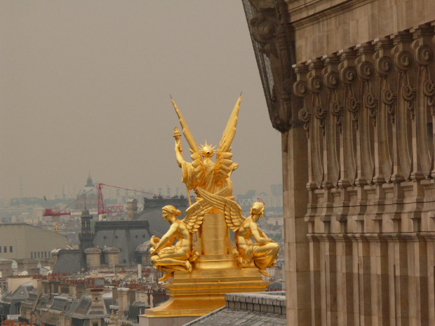 Rzeżba Gumery'ego na dachu Opery, ale niestety od tyłu #Paryż