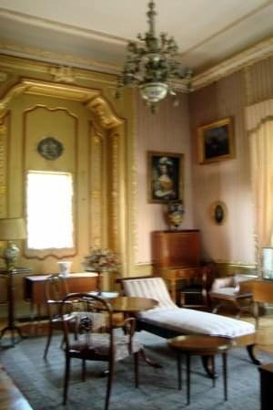 NIEBORÓW-Buduar. Przez cały ten okres pałac w Nieborowie udostępniony był publiczności. Do 1985 roku muzeum w Nieborowie odwiedziło ponad 2 miliony zwiedzających. Przez cały okres powojenny nieborowski zespół architektoniczno-ogrodowy otoczony był stał...