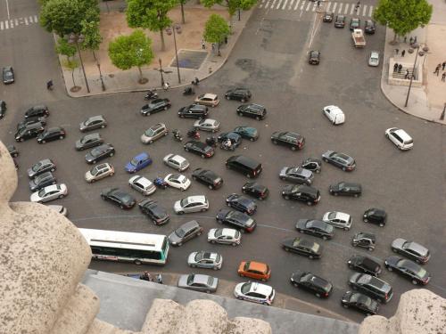 Słynny ruch samochodowy wokół Łuku Triumfalnego #Paryż