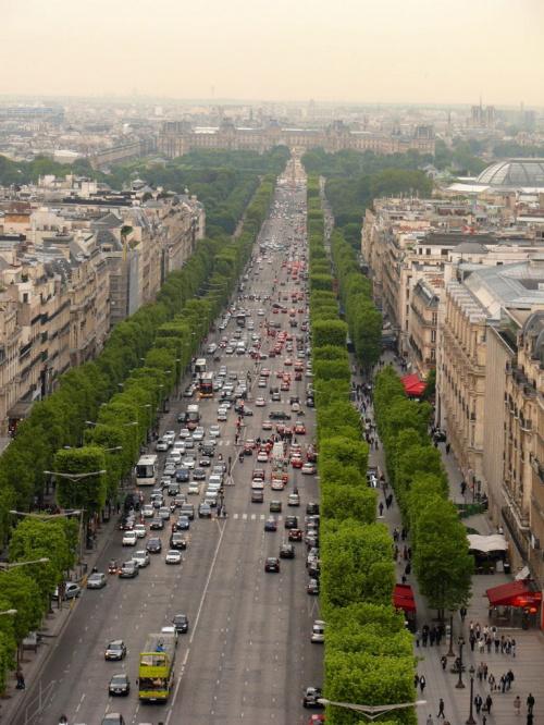 Widok z Łuku Triumfalnego na Champs - Elysees i Luwr #Paryż
