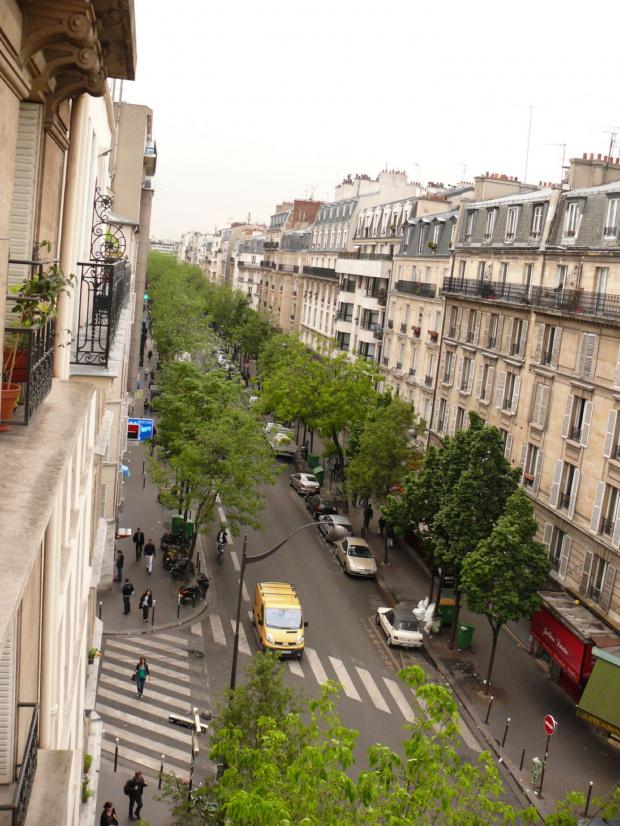 Widok na naszą ulicę z okien mieszkania #Paryż