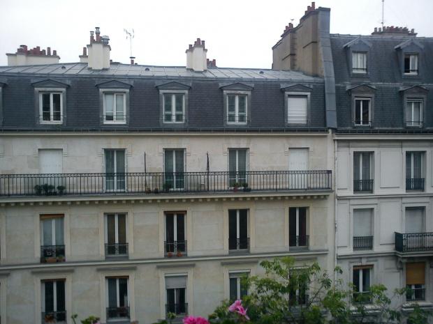 Widok z naszego mieszkania na sąsiednie kamienice #Paryż