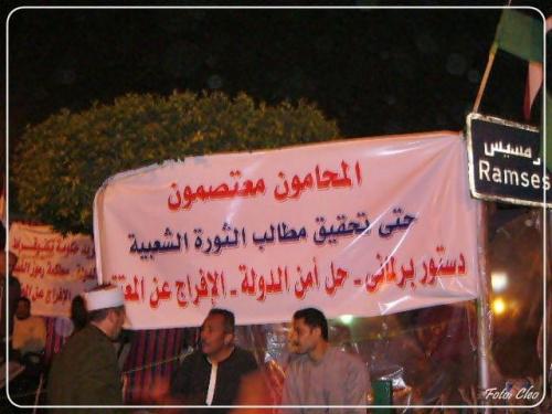 Hasla wzywajace do zjednoczenia sie Egipcjan w walce o Demokracje.