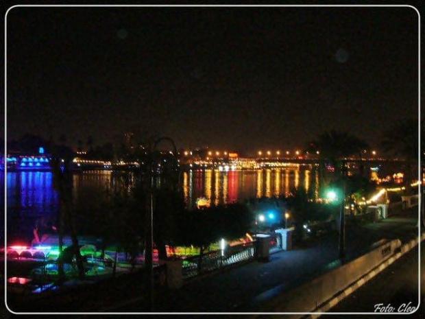 Nocny widok Nilu w centrum Cairo.