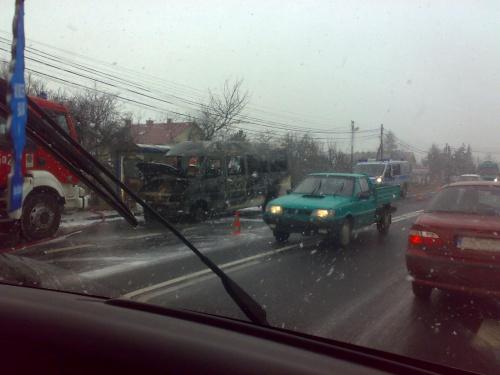 Kierowca BUSa miał nieciekawie... Robione telefonem zza brudnej szyby samochodu.