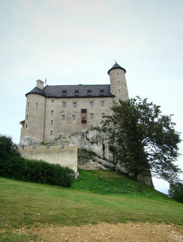 Zamek w Bobolicach. Oddalony 2km od zamku Mirowskiego. Z Mirowa prowadzi do niego pieszo droga przez lasek pomiędzy skałami. Obecnie trwają prace remontowe i jest tymczasowo niedostepny do zwiedzania w środku. #Bobolice