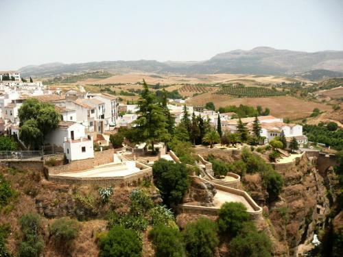 Ronda, szczególnie wzdłuż wąwozu wygląda niesamowicie #Andaluzja