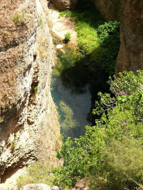 Do wąwozu El Tajo spływa woda, niewielkim wodospadem #Andaluzja