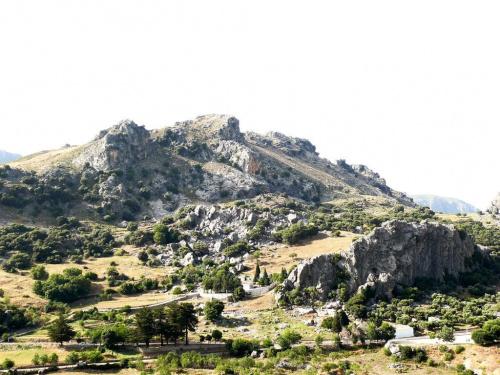 Droga do Grazalemy jest dość kręta, ale zapewnia fajne widoki na okoliczne wzgórza i skały. #Andaluzja