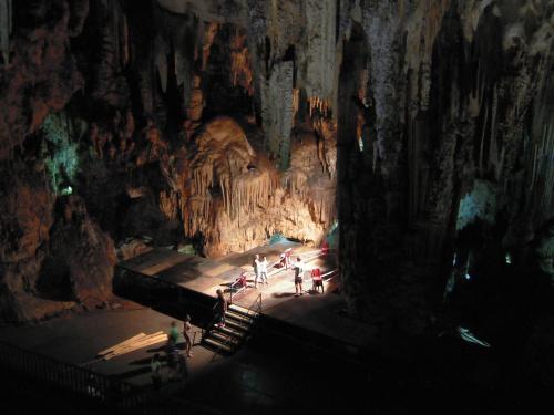 We wnętrzu Cueva de Nerja, w największej komnacie stworzono scenę, na której odbywają się występy artystyczne #Andaluzja