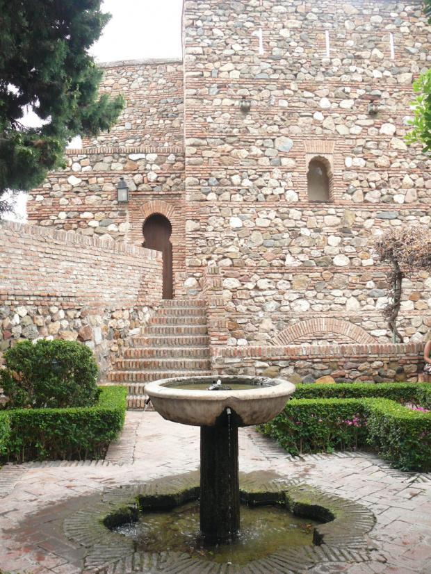 Na terenie Alcazaby - fortecę datuje się na koniec lat 700-nych, chociaż duża jej część pochodzi z połowy XI wieku. #Andaluzja