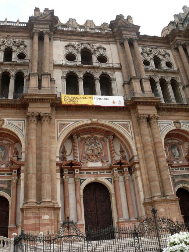 Malaga - Katedra -Łuki nad trzema drzwiami wejściowymi są bogato dekorowane wielobarwnym marmurem. Nad środkowymi znajduje się płaskorzeźba, przedstawiająca scenę z biblii Wcielenie, taką nazwę nosi katedra #Andaluzja