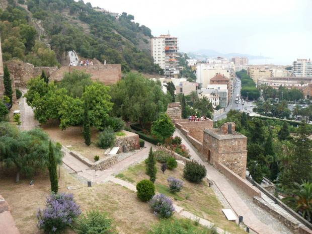 Alcazaba wznosi się ponad podwójnym murem obronnym z czworokątnymi wieżami. #Andaluzja