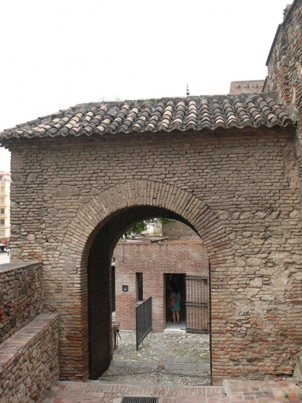 Alcazaba - labirynt bram i zakrętów sprawia, że długi spacer staje się jeszcze przyjemniejszy. #Andaluzja
