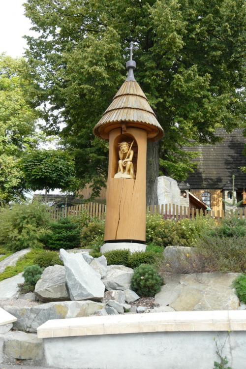 Krzeczów - Chrystus Frasobliwy - przy kościele św. Wojciecha #Krzeczów #KościółDrewniany #SzlakArchitekturyDrewnianej