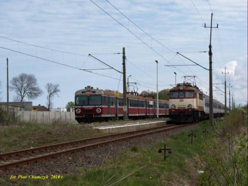 Mijanka na stacji Ustronie Morskie. Od lewej regio Kołobrzeg - Koszalin oraz TLK Kraków - Kołobrzeg.