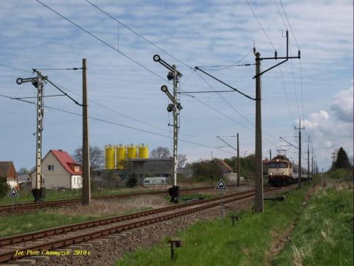 Wyjazd EP07-1052 z TLK Kraków - Kołobrzeg ze stacji Ustronie Morskie. Ciekawe zestawienie semaforów kształtowych oraz sieci trakcyjnej.