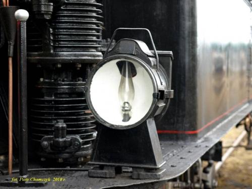 Zabytkowa lampa naftowa na czeskim parowozie 313 432.