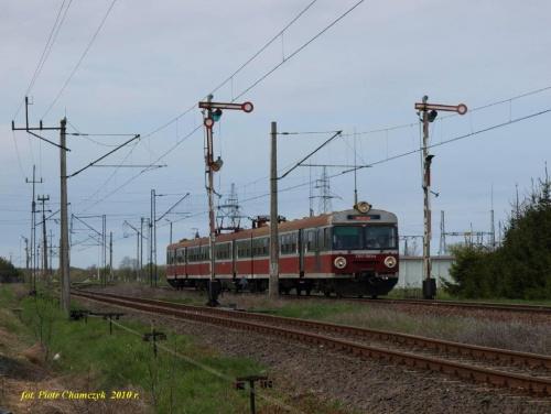 EN57-1945 jako regio Kołobrzeg - Koszalin wjeżdża na stację Ustronie Morskie