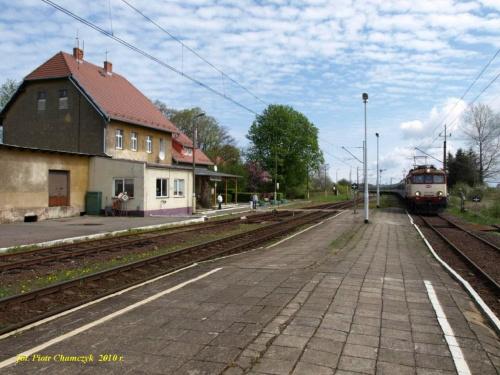 EP07-1052 z TLK rel. Kraków - Kołobrzeg wtacza się na stację Ustronie Morskie.
