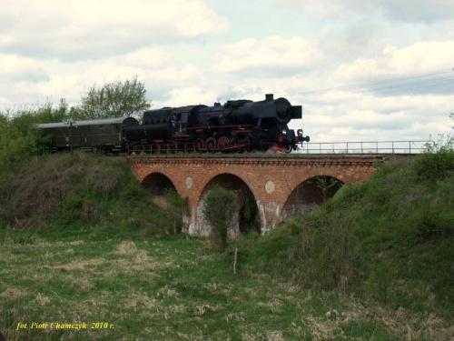 Ty2-953 z pociagiem specjalnym na wiadukcie na odcinku Zatom Stary - Kłosowice linii Międzychód - Sieraków Wlkp. 02.05.2010