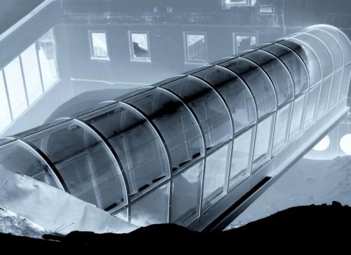 """11 listopada 2000 r. w tzw. """"krecie"""" ( kolejka w tunelu prowadząca do centrum narciarskiego ) zwana też później """"tunelem śmierci """" w pożarze zgineło 155 osób odpoczywających na Kitzsteinhorn. Wyjście do Alpicenter."""