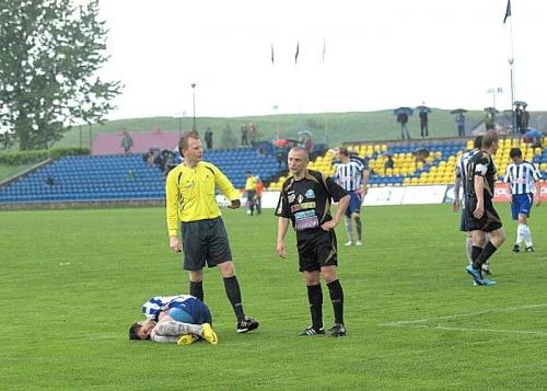 ...doznaje kontuzji i... #WigrySuwałki #StalRzeszów #mecz #IILiga #Suwałki #PiłkaNożna