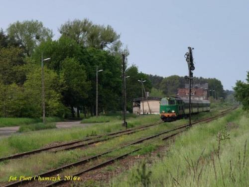 Opuszczone semafory na Ostbahnie, a dokładniej na stacji w Stobnie k/Piły żegnają pociągi TLK na tej linii. Przedostatni w historii pociąg relacji Szczecin Główny - Przemyśl przez Piłę i Bydgoszcz. 30.05.2010 r. #kolej #wiosna #Piła #PKP