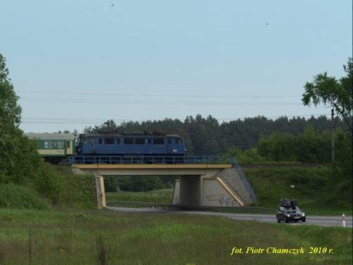 EU07-114 wraz z TLK Szczecin Główny - Przemyśl na wiadukcie obwodnicy Piły w ciągu drogi krajowej nr 11. Jego dni są policzone... 30.05.2010 r. #kolej #wiosna #Piła #PKP