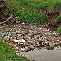 wśród zieleni mosteczek...(słów brak!) #śmieci #rzeczka