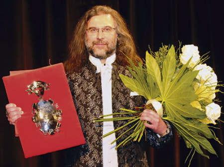 Dyrektor Waldemar Wolański odebrał Srebrną Łódkę dla Arlekina za realizację Opery za trzy grosze