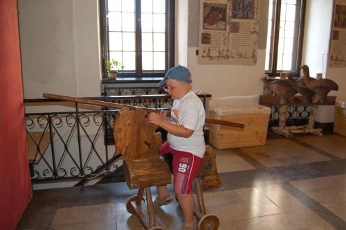 Zamek Książąt Pomorskich w Darłowie...:)U wejścia wieży, współcześni książęta mogą się pobawić i za młodu trenować władanie kopią oraz grę w kręgle ...:)