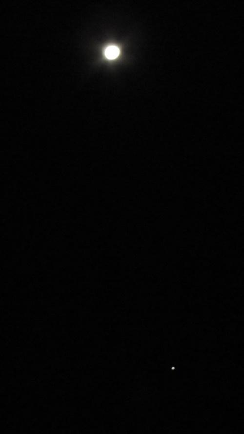 dzisiejsze nocne niebo - widoczny kasiezyc i ponizej ktoras z planet #noc #ksiezyc #planeta
