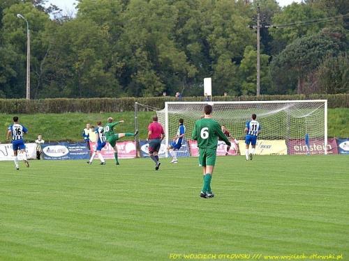 bramka Zjawińskiego na 0:2 (niestety fotka zrobiona z drugiej strony boiska - piłka zasłonięta przez któregoś z piłkarzy...) #mecz #IILiga #WigrySuwałki #ŚwitNowyDwórMazowiecki