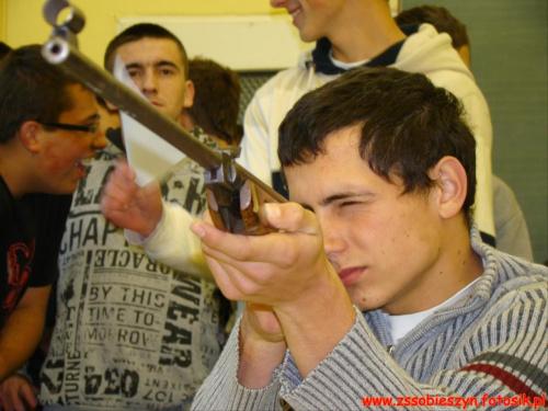 Od wiatrówek rozpoczęli swoją strzelecką przygodę uczniowie klasy pierwszej LO w Sobieszynie funkcjonującej pod patronatem WSOSP w Dęblinie #Sobieszyn #Brzozowa #KlasaWojskowa