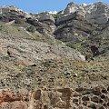 jadąc autokarem krętą drogą wspaniale widać wapienne skały wyspy Santorini #Kreta #wyspa #Santorini #wyprawa #natura #mozre #ocean #zatoka #port #domy #biale #kolory #romantycznie